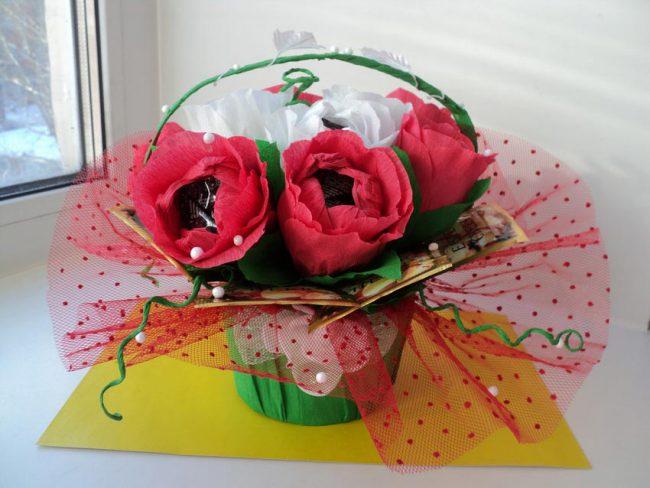 Букет роз из гофрированной бумаги и конфет